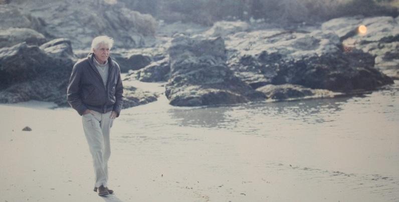 館山の海岸沿いを歩くジャック・マイヨール氏