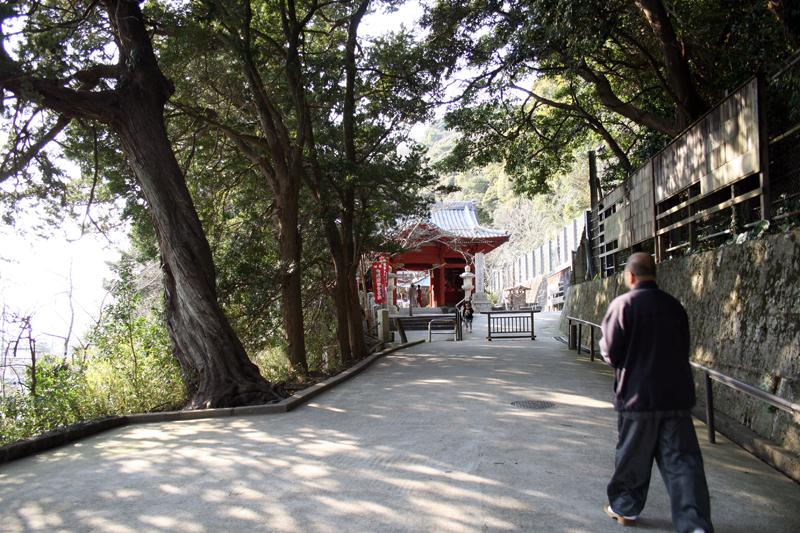 仁王門への坂を上がる住職