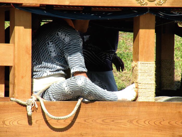 囃子台下で梶綱を操作する若衆