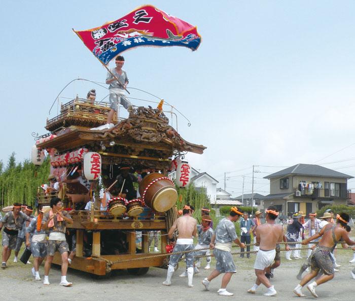 大漁旗を振り回しながら曳き這される堂の下の山車