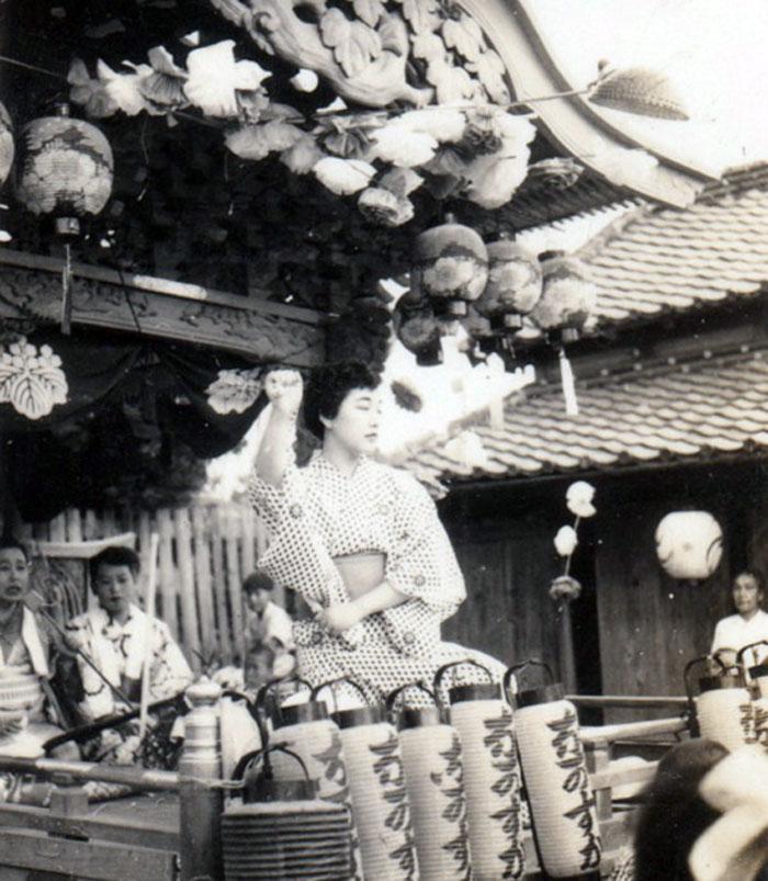 屋台の踊り舞台で踊る女の子