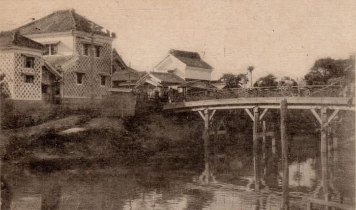 汐入川と汐留橋越しに見た大正初期の下町。左に見えるのが館山郵便局本局