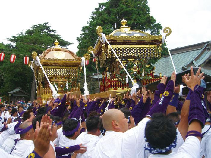 鶴谷八幡宮境内で子安神社神輿との「もみ・さし」