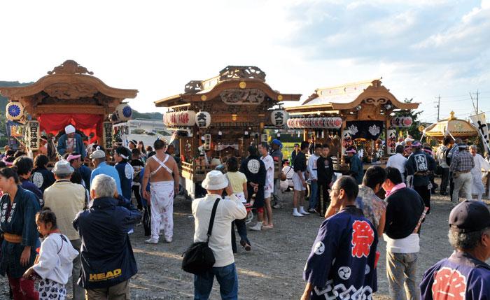 豊房のまつり 左から古茂口、大戸、南条の屋台、出野尾の神輿