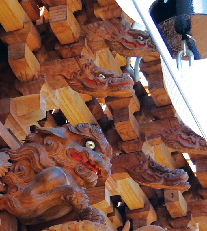 総ての枡組先端の竜頭彫刻