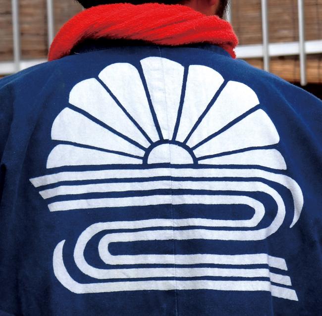 寺赤の象徴となっている菊水の紋がついた半纏