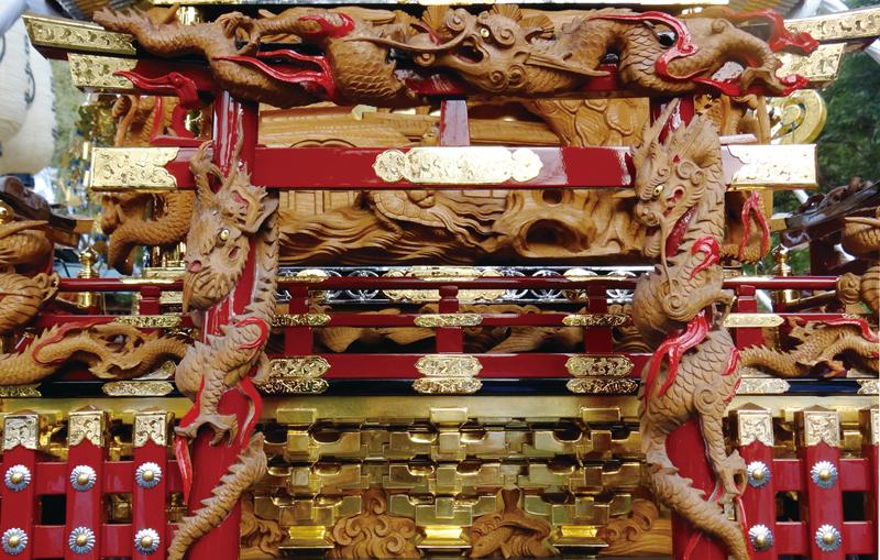 鳥居に絡みつく三頭の龍の彫刻は一木彫りでの秀作