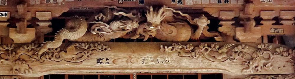 本堂向拝を飾る見事な彫刻