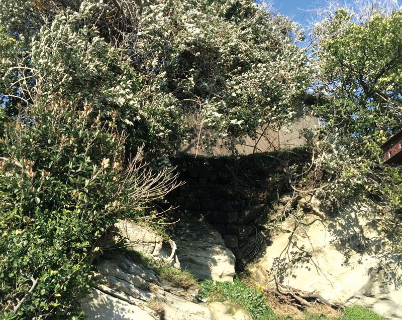 今でも残る神明神社下の石垣