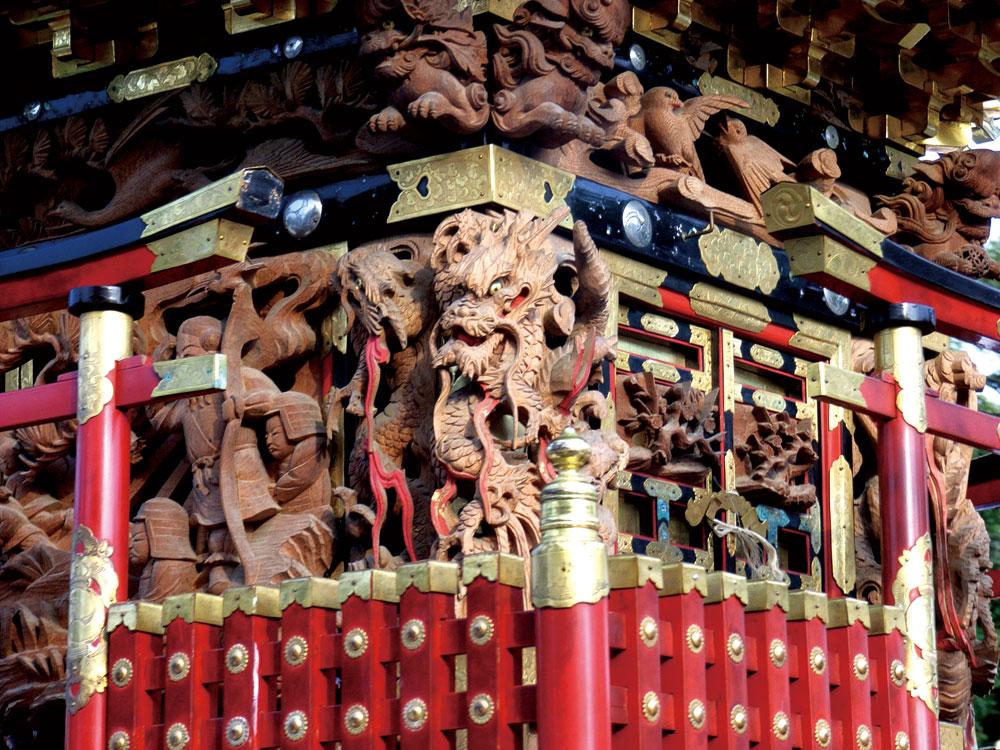 胴羽目、小脇、柱隠しと彫刻が並ぶ