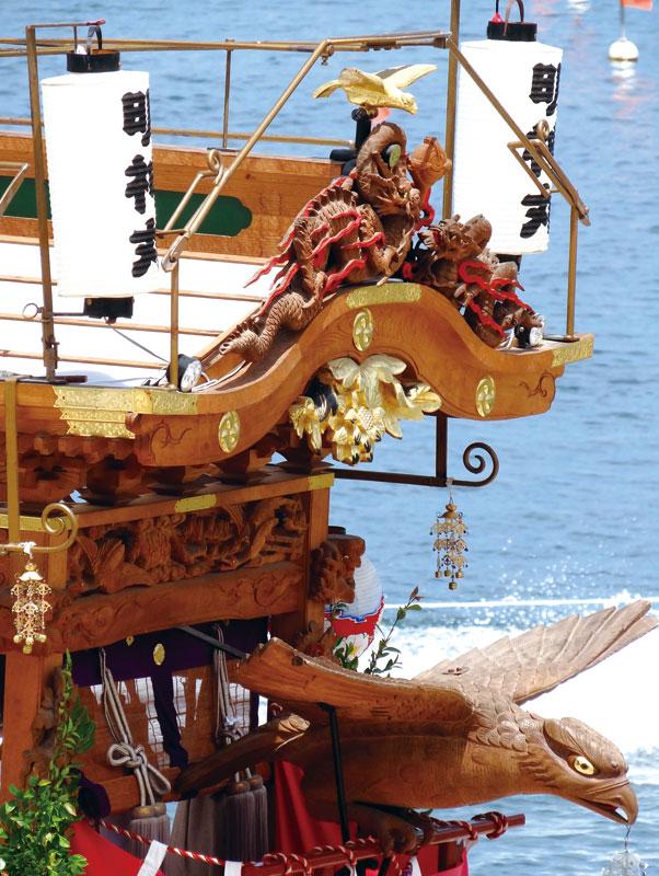 勇壮な鷲と明神丸の舟先