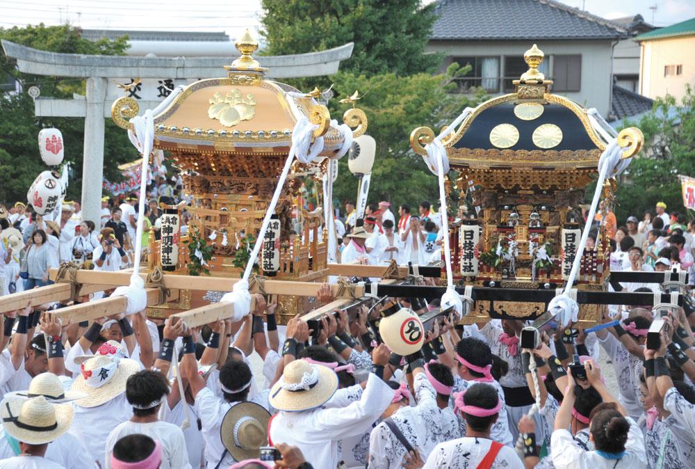 館山神社境内にて威勢のいい揉み差しを繰り返す