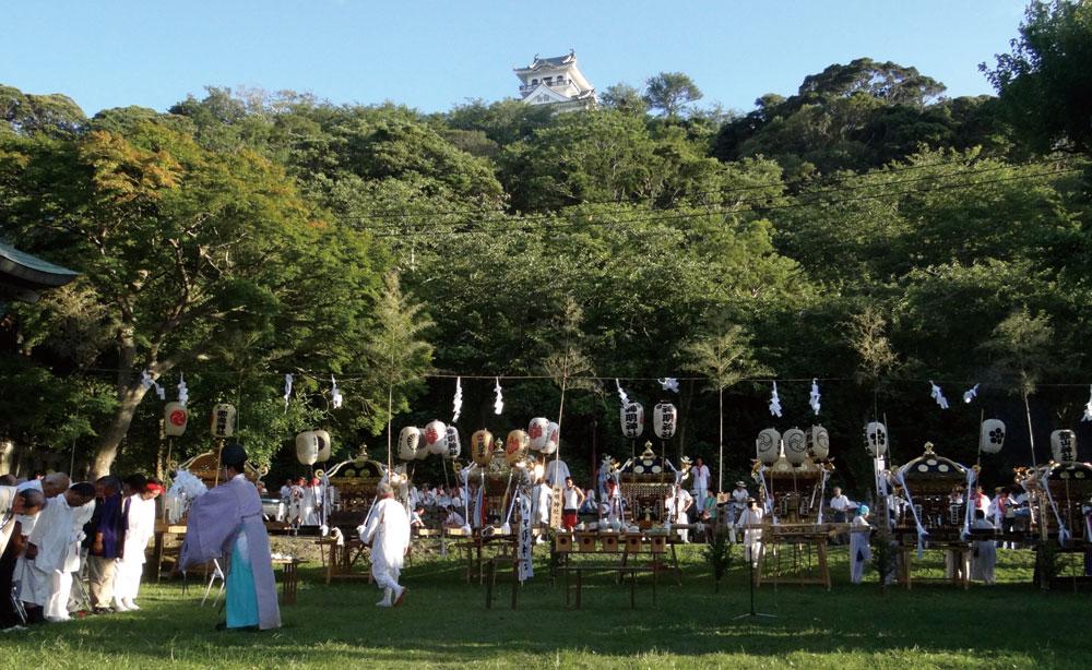 館山神社境内での神事