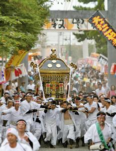 拝殿へと疾走する長田の神輿