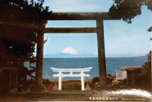 神社拝殿から望む霊峰富士山