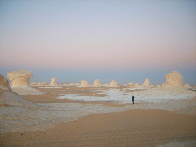 エジプト「白砂漠」を歩くサムソン氏