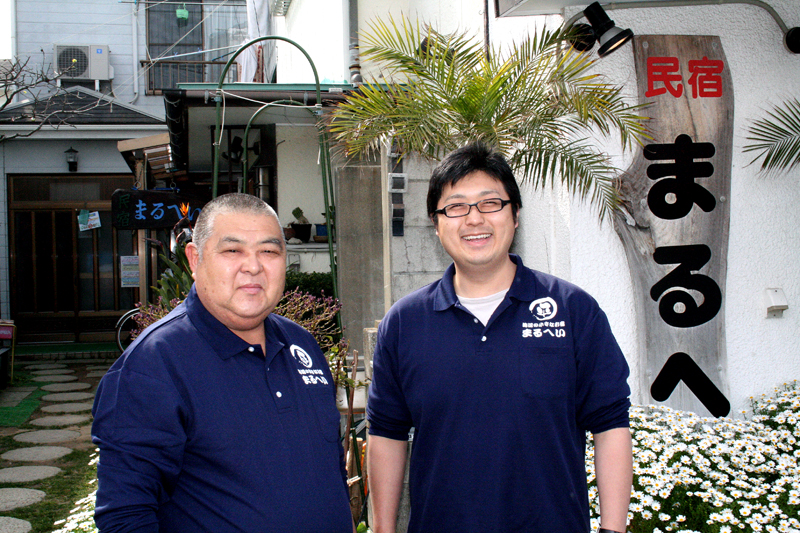 まるへい民宿 平塚さん (左)大旦那 (右)若旦那