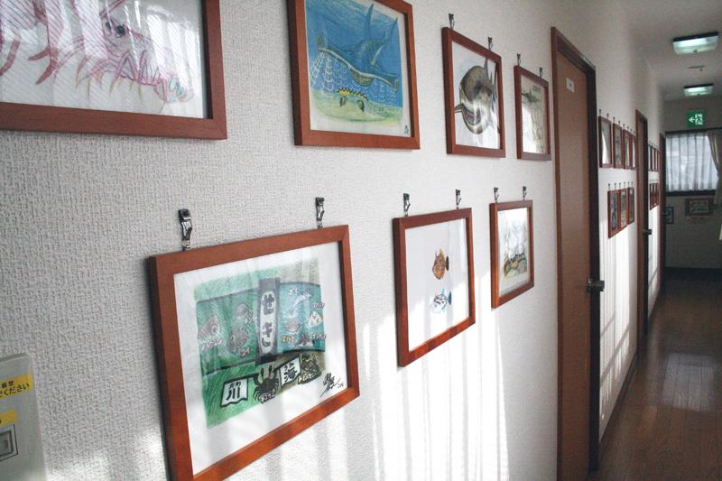 宿の廊下を彩るさかなクンの作品たち