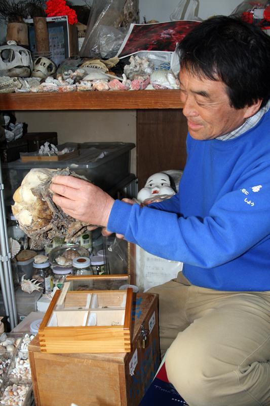 イルカの骨を説明する三瓶さん