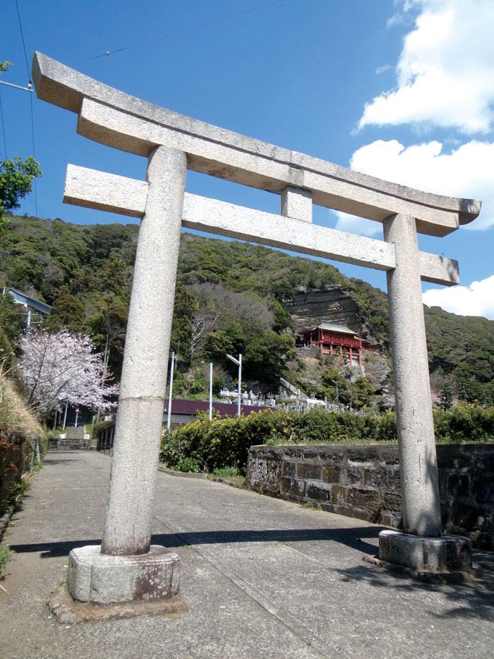 船形総氏神諏訪神社鳥居と崖の観音堂