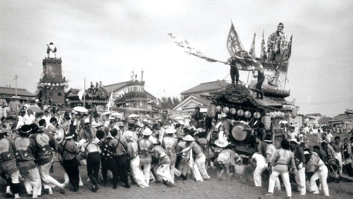 船形祭礼の勇壮な御浜出(昭和中期)