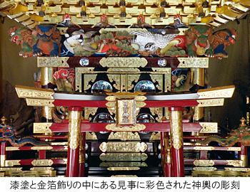 漆塗と金箔飾りの中にある見事に彩色された神輿の彫刻