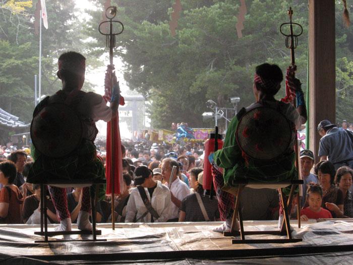 鶴谷八幡宮で山車を迎える金棒曳き