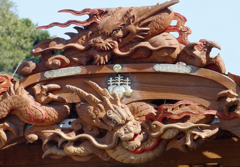 特徴ある腰組と御神木の松の土台、安房では珍しい木製御所車の車輪