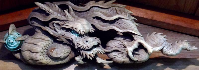 拝殿に飾られている龍の彫刻