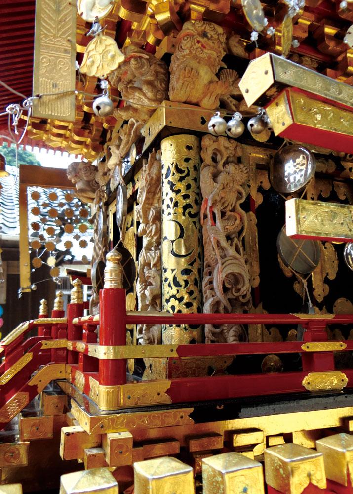 金箔の飾りと彫刻で埋められた美しい大殿の装飾輿