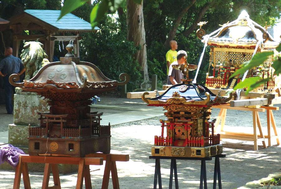 大殿、中殿、小殿と三基の神輿が並ぶ