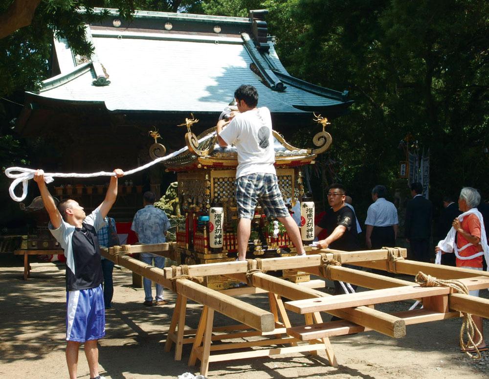 地区の人々が一致団結して行う祭の準備