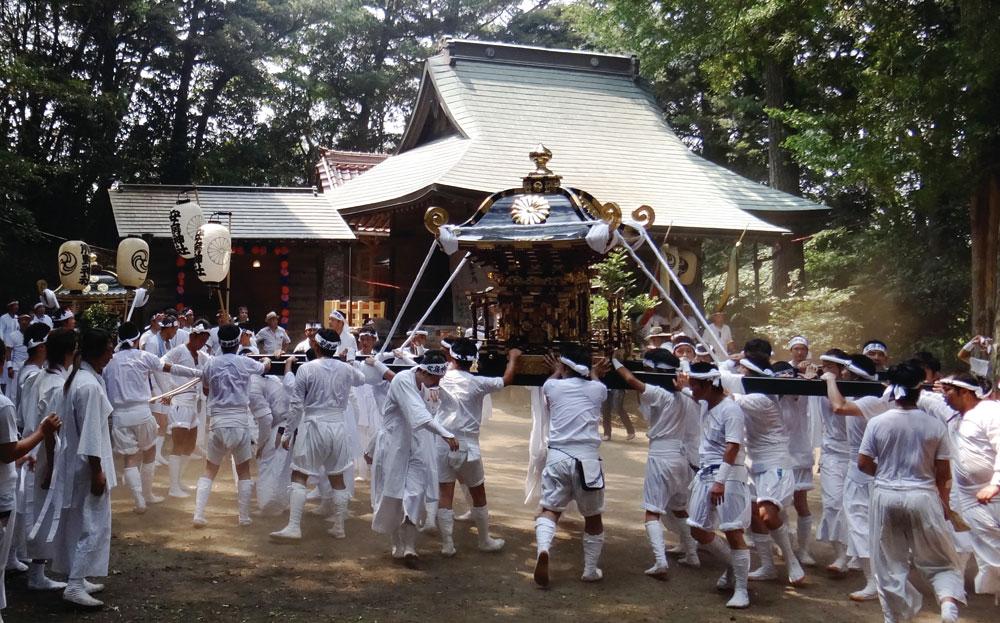 熊野神社へ安房神社の神輿を迎える