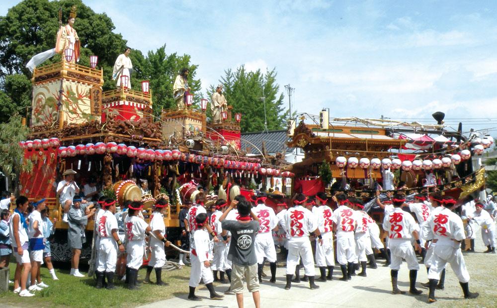 館山神社に集まった館山地区の山車と明神丸
