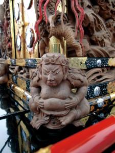 柱隠しに踊る重厚な龍彫刻