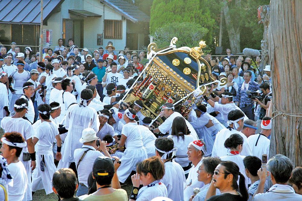 鶴谷八幡宮境内で、この日を迎えられた喜びを力強く大きな揉み刺しで表す