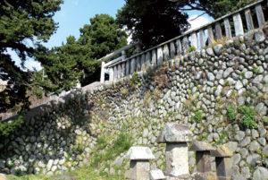 漁師が伊豆から運んだ石を積み上げた石垣